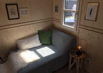 Tiny House II Schlafecke und Sofa